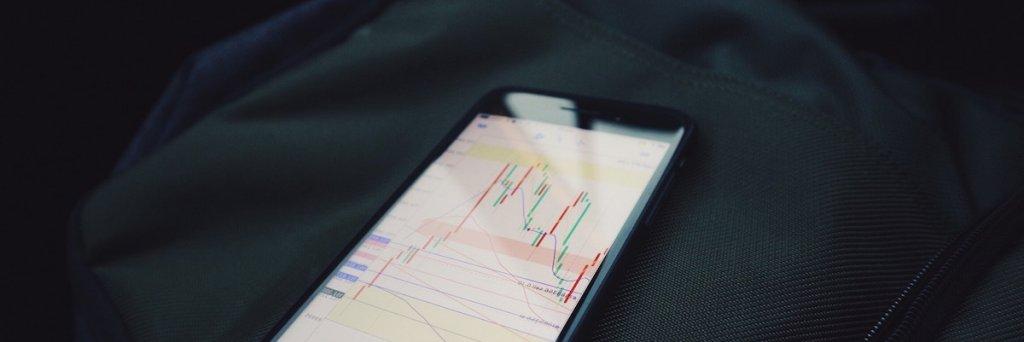 Imagen de móvil con una app para invertir en bolsa