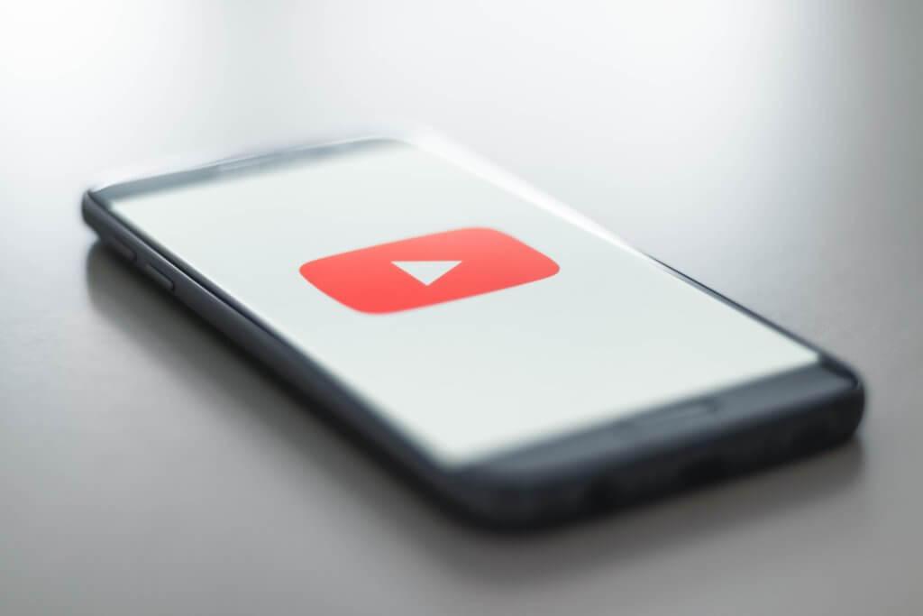 Imagen de un teléfono móvil con el logo de YouTube en la pantalla