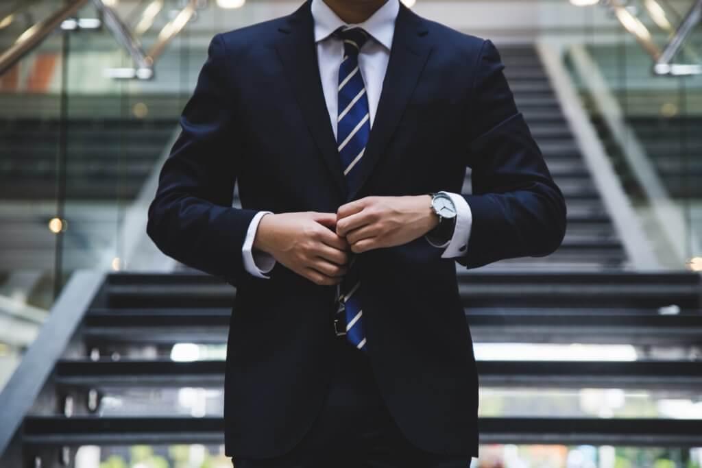 Imagen de un ejecutivo en traje, posible inversor de acciones de empresas Dividend Kings
