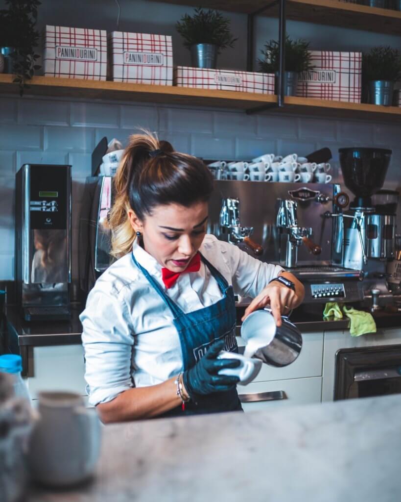 Imagen de una camarera preparando un café